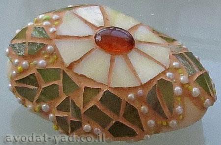 פרח עם עלים - תמונת פסיפס על אבן