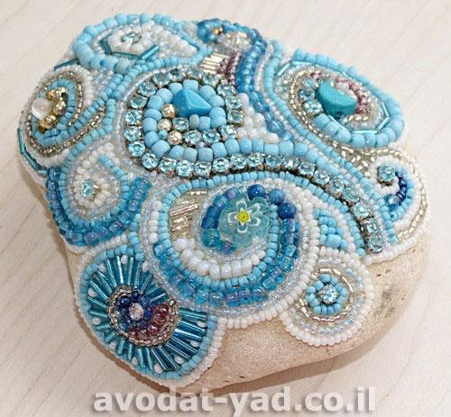 תמונת פסיפס בצבע טורקיז על אבן