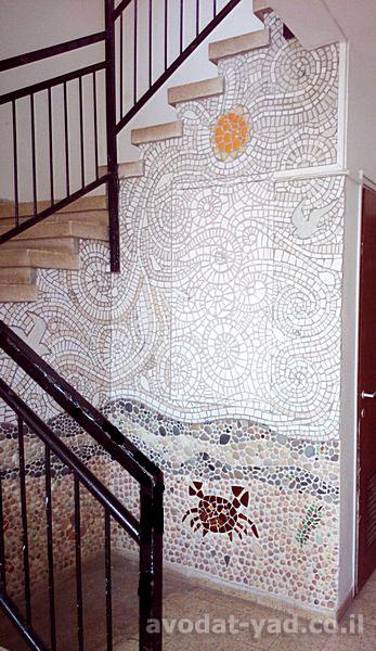 קיר פסיפס בכניסה לבית